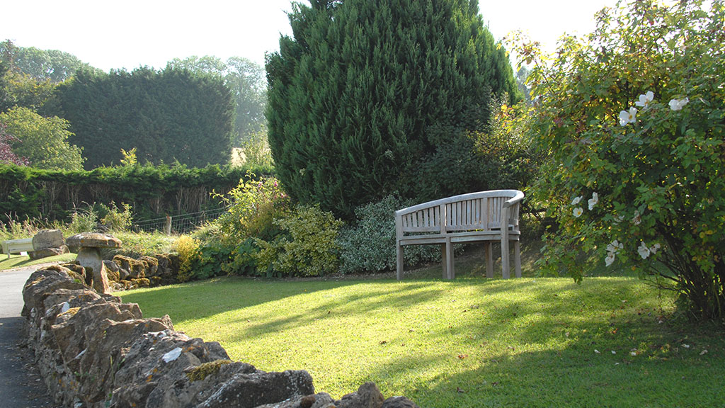 Sheepscombe Byre holiday cottage: garden bench