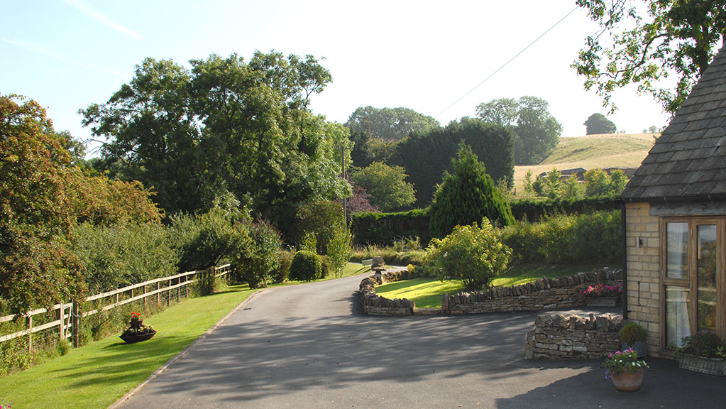 Sheepscombe Byre holiday cottage: looking down the drive