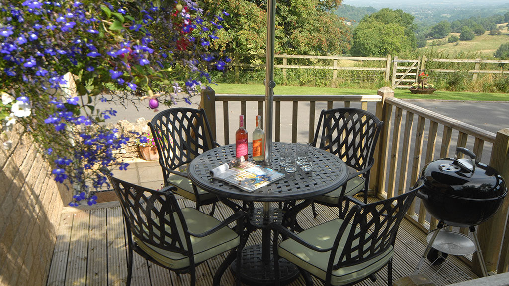 Sheepscombe Byre holiday cottage: lunch on deck